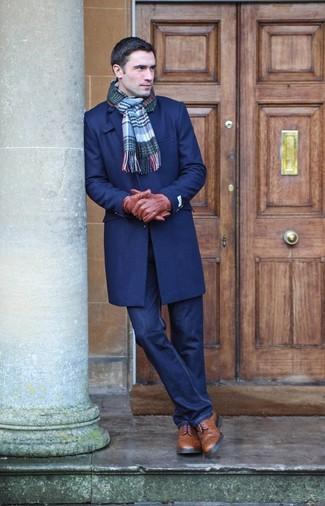 Cómo combinar: abrigo largo azul marino, vaqueros azul marino, botas brogue de cuero marrónes, bufanda de tartán azul
