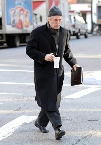Cómo combinar: abrigo largo negro, vaqueros en gris oscuro, mocasín de cuero negro, gorro gris