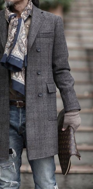 Cómo combinar una bufanda de paisley en beige: Haz de un abrigo largo de tartán en gris oscuro y una bufanda de paisley en beige tu atuendo para un look agradable de fin de semana.