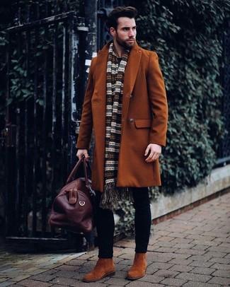 Cómo combinar: abrigo largo en tabaco, vaqueros pitillo negros, botines chelsea de ante en tabaco, bolsa de viaje de cuero en marrón oscuro