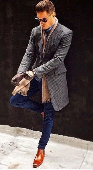 Cómo combinar: abrigo largo en gris oscuro, vaqueros pitillo azul marino, pantalón de vestir a cuadros azul marino, botines chelsea de cuero en tabaco
