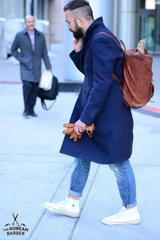 Cómo combinar: abrigo largo azul marino, vaqueros desgastados azules, zapatillas altas blancas, mochila de cuero burdeos