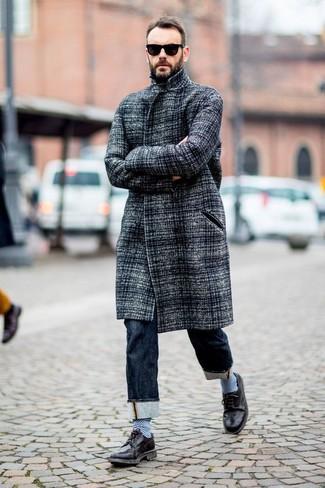Cómo combinar: abrigo largo gris, vaqueros azul marino, zapatos brogue de cuero negros, gafas de sol negras