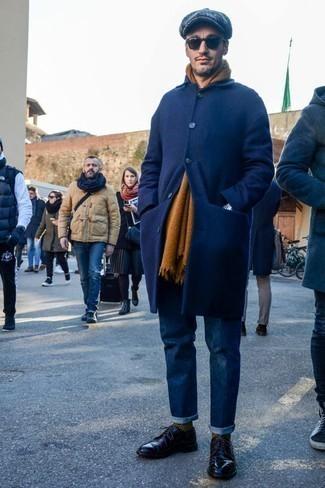 Moda para hombres de 40 años: Intenta ponerse un abrigo largo azul marino y unos vaqueros azul marino para lograr un estilo informal elegante. Luce este conjunto con zapatos derby de cuero negros.