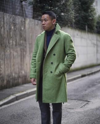 Cómo combinar: abrigo largo verde, blazer de lana de tartán en marrón oscuro, jersey de cuello alto azul marino, pantalón de vestir en gris oscuro