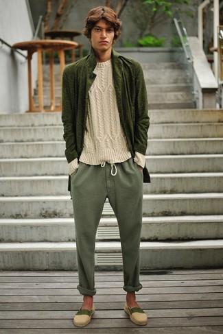 Este combo de un jersey de ochos en beige y un pantalón chino verde oliva te permitirá mantener un estilo cuando no estés trabajando limpio y simple. Un par de alpargatas de lona beige se integra perfectamente con diversos looks.