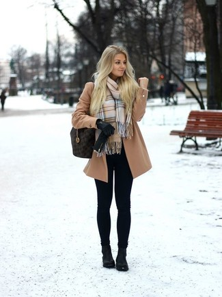 Cómo combinar: abrigo marrón claro, leggings negros, botines de cuero negros, bolsa tote de cuero en marrón oscuro