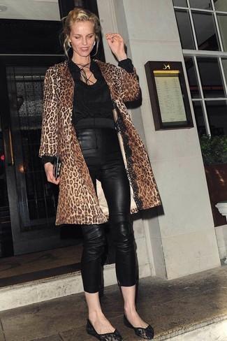 Cómo combinar: abrigo de leopardo marrón, blusa de manga larga negra, pantalones pitillo de cuero negros, bailarinas de encaje negras