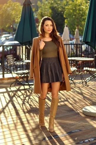 Cómo combinar: abrigo marrón, camiseta de manga larga verde oliva, minifalda plisada en gris oscuro, botas de caña alta de cuero marrón claro