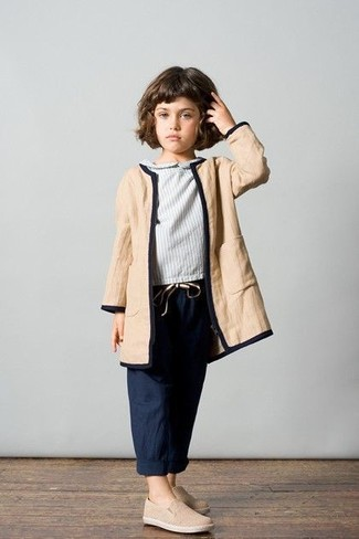 Look de moda: Abrigo marrón claro, Blusa de manga larga gris, Pantalones azul marino, Zapatillas en beige
