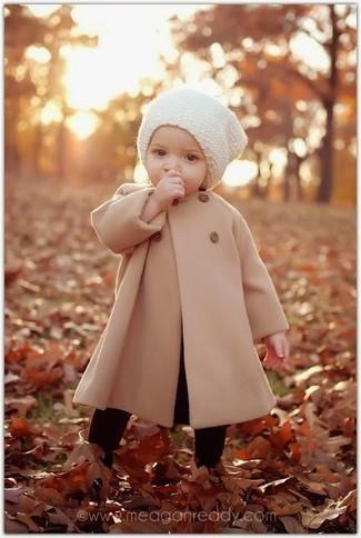 Cómo combinar: abrigo marrón claro, gorro blanco, medias negras