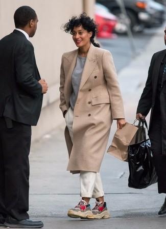 Cómo combinar: abrigo a cuadros marrón claro, jersey con cuello circular gris, pantalón de pinzas blanco, deportivas en multicolor