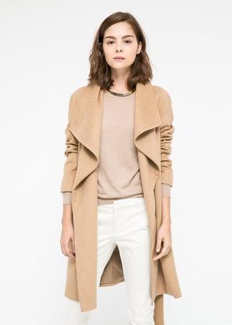 Cómo combinar: abrigo marrón claro, jersey con cuello circular marrón claro, pantalones pitillo blancos, collar dorado