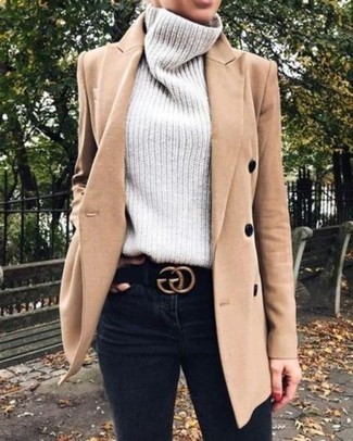 Cómo combinar: abrigo marrón claro, jersey de cuello alto de punto gris, vaqueros pitillo negros, correa de ante negra