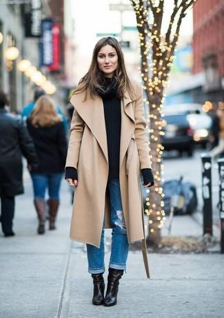 La versatilidad de un abrigo marrón claro y unos vaqueros boyfriend desgastados azules los hace prendas en las que vale la pena invertir. ¿Por qué no ponerse botines de cuero negros a la combinación para dar una sensación más clásica?