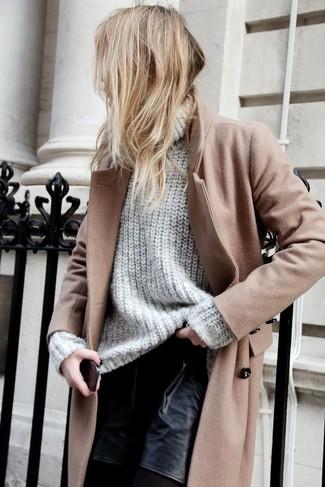 Un abrigo marrón claro y unos pantalones cortos de cuero negros son prendas que debes tener en tu armario.
