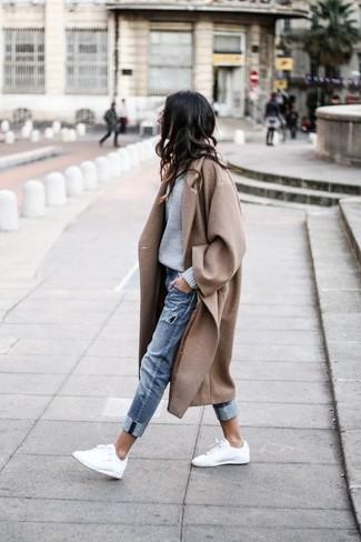 Un abrigo marrón claro y unos vaqueros boyfriend desgastados azules de Asos son tu atuendo para salir los días de descanso. Tenis de cuero blancos son una opción atractiva para complementar tu atuendo.