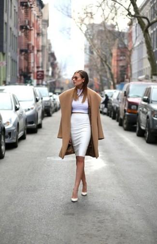 Si buscas un look en tendencia pero clásico, empareja un abrigo marrón claro con una falda lápiz blanca. Completa el look con zapatos de tacón de cuero blancos.
