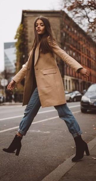 Cómo combinar: abrigo marrón claro, vaqueros boyfriend celestes, botines de ante negros