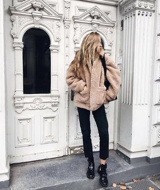 Cómo combinar: abrigo de forro polar marrón claro, vaqueros negros, botas planas con cordones de cuero negras, bolsa tote de cuero negra