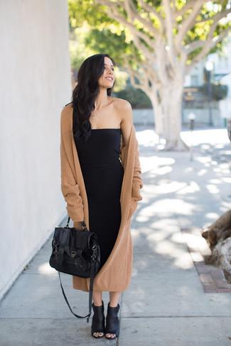Cómo combinar: abrigo de punto marrón claro, vestido ajustado negro, botines de cuero con recorte negros, bolso de hombre de cuero negro