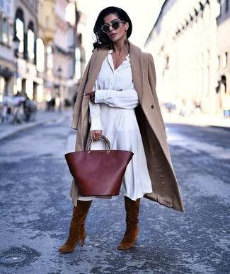 Cómo combinar: abrigo marrón claro, vestido camisa blanca, botas de caña alta de ante marrónes, bolsa tote de cuero burdeos