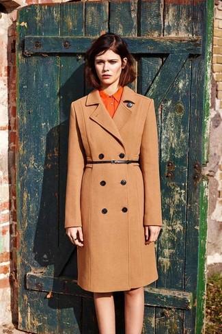 Cómo combinar una correa de cuero negra: Para un atuendo tan cómodo como tu sillón ponte un abrigo marrón claro y una correa de cuero negra.