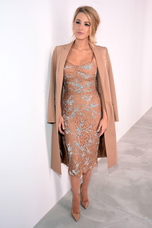eabd53f2ac27b Cómo combinar un vestido de encaje marrón claro (14 looks de moda ...