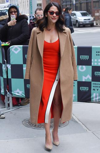 Outfits mujeres: Emparejar un abrigo marrón claro junto a un vestido tubo rojo es una opción estupenda para un día en la oficina. Zapatos de tacón de ante en beige son una opción incomparable para complementar tu atuendo.