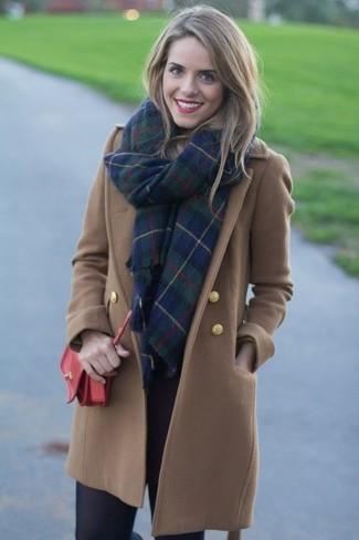 Cómo combinar unos leggings azul marino: Ponte un abrigo marrón y unos leggings azul marino para una apariencia fácil de vestir para todos los días.