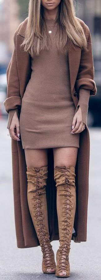 Cómo combinar: abrigo marrón, vestido jersey marrón, botas sobre la rodilla de ante marrón claro, colgante dorado