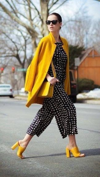 Cómo combinar un bolso bandolera de cuero amarillo: Haz de un abrigo amarillo y un bolso bandolera de cuero amarillo tu atuendo transmitirán una vibra libre y relajada. ¿Te sientes valiente? Elige un par de chinelas de cuero amarillas.