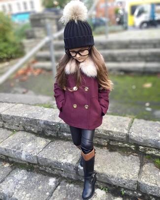 Cómo combinar: abrigo morado, leggings de cuero negros, botas negras, gorro negro