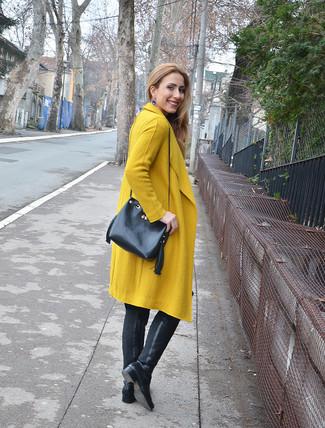 Cómo combinar unos pendientes azules: Haz de un abrigo mostaza y unos pendientes azules tu atuendo transmitirán una vibra libre y relajada. Con el calzado, sé más clásico y opta por un par de botas sobre la rodilla de cuero negras.