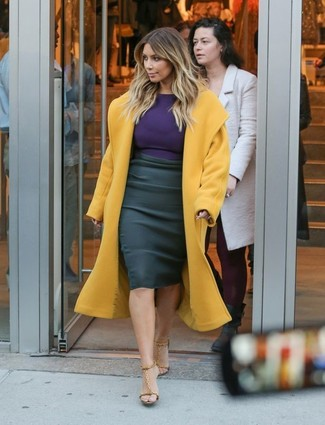 Look de Kim Kardashian: Abrigo Mostaza, Camiseta de Manga Larga en Violeta, Falda Lápiz Negra, Sandalias de Tacón de Cuero Marrón Claro