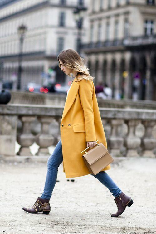 Como combinar abrigo color mostaza