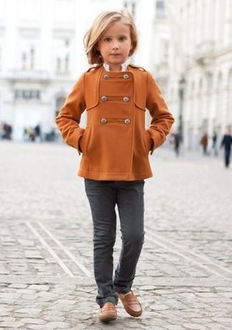Cómo combinar: abrigo naranja, vaqueros en gris oscuro, mocasín marrónes