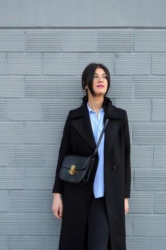Cómo combinar: abrigo negro, camisa de vestir de cambray celeste, leggings negros, bolso bandolera de cuero negro