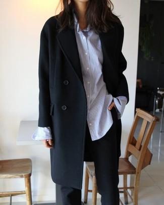 Cómo combinar: abrigo negro, camisa de vestir de rayas verticales celeste, pantalón de vestir negro