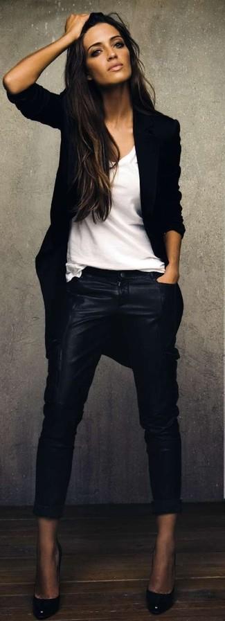 Usa un abrigo negro y unos pantalones pitillo de cuero negros para después del trabajo. Zapatos de tacón de cuero negros son una sencilla forma de complementar tu atuendo.