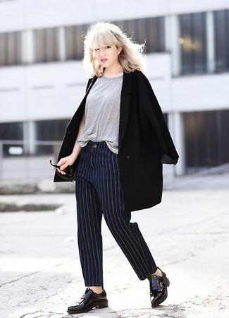 Cómo combinar: abrigo negro, camiseta con cuello circular gris, pantalón de vestir de rayas verticales azul marino, mocasín con borlas de cuero negro