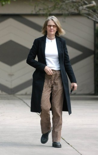 Cómo combinar: abrigo negro, camiseta de manga larga blanca, pantalón de pinzas a cuadros marrón, botines de cuero negros