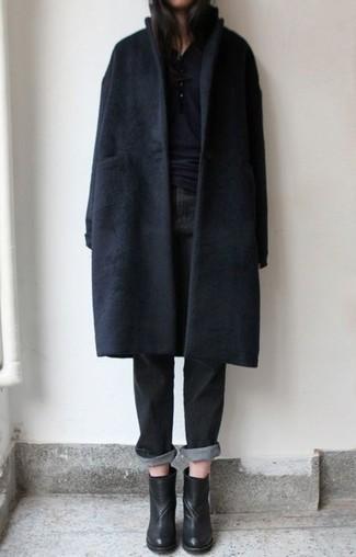 Cómo combinar: abrigo negro, camiseta henley negra, vaqueros boyfriend negros, botines de cuero negros