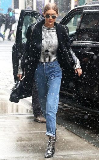 Cómo combinar: abrigo negro, jersey con cuello circular plateado, vaqueros boyfriend azules, botines con cordones de cuero plateados