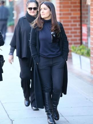 Cómo combinar: abrigo negro, jersey de cuello alto azul marino, pantalones pitillo negros, botas de caña alta de cuero negras