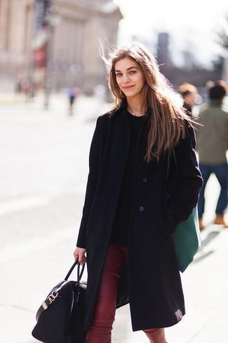 Cómo combinar: abrigo negro, jersey de ochos negro, pantalones pitillo de cuero burdeos, bolsa tote de cuero negra