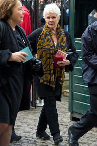 Look de Judi Dench: Abrigo negro, Pantalón chino negro, Botines chelsea de ante negros, Bufanda estampada mostaza