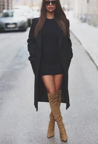 Cómo combinar: abrigo negro, vestido ajustado negro, botas sobre la rodilla de ante marrón claro