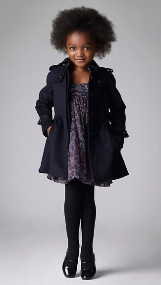 Cómo combinar: abrigo negro, vestido estampado gris, bailarinas negras, medias negras