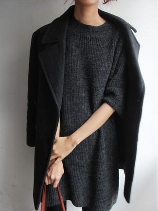 Cómo combinar: abrigo negro, vestido jersey en gris oscuro, bolsa tote de cuero en tabaco